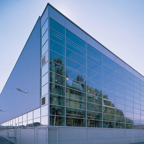 Tòa nhà văn phòng có nên thiết kế lắp đặt Vách ngăn kính cường lực hay ko?
